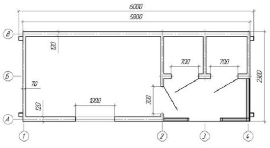 Оптимальные размеры внутренних частей хозблока приведены на чертеже. С правой стороны расположены два небольших помещения для душа и туалета. Для организации душа достаточно на крыше хозблока установить бак с водой. В течении дня солнце будет нагревать воду, и вечером можно принять теплый душ.