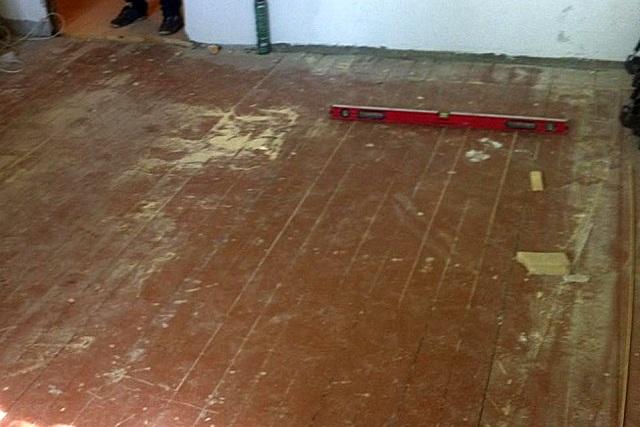 Перед началом любых ремонтных работ, связанных с обновлением пола, необходимо полностью освободить помещение.