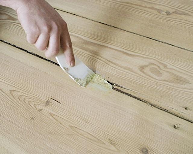 Заделайте трещины с помощью шовной смеси.