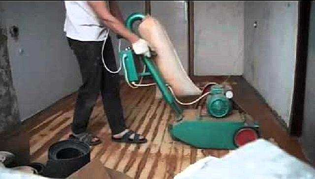 Скобление деревянного пола с помощью специальной профессиональной машины