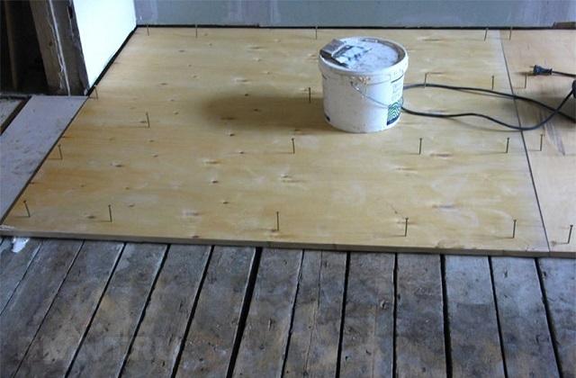Укладка фанеры на старый деревянный пол.